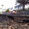 El fuerte oleaje rompe el paseo turístico en Las Burras