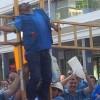 Técnicos de Movistar simulan una crucifixión como medida contra de la esclavitud laboral