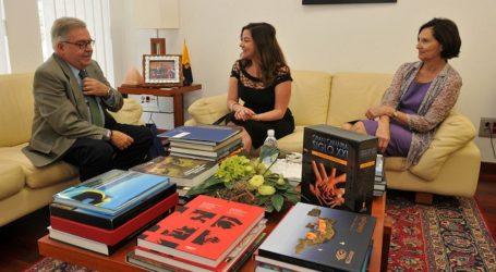 El presidente del Cabildo recibe a la consejera político militar de la Embajada de EE.UU.