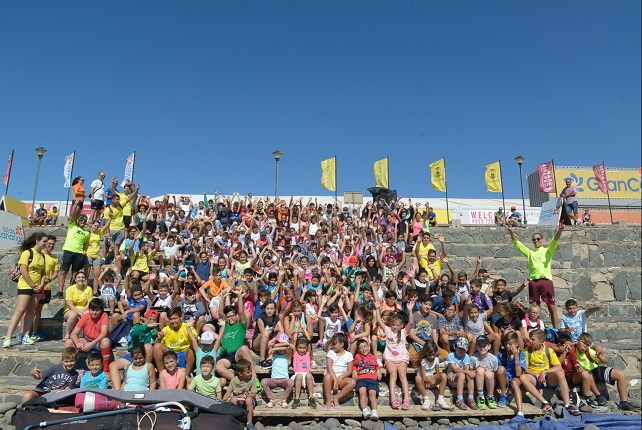 Este martes han pasado por el campo de regatas y la carpa del festival paralelo del mundial cerca de 200 niños