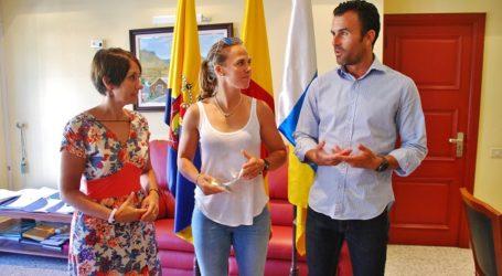 Tara Pacheco, flanqueada por Onalia Bueno y Luis Miguel Becerra