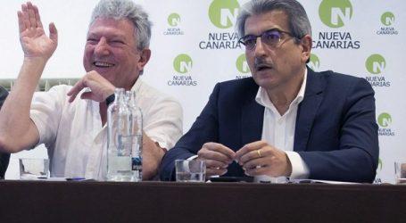 Mariano Rajoy y Román Rodríguez firman el acuerdo presupuestario el Día de Canarias
