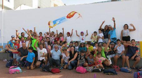 Más de 40 niños pintan el mural que abre las V Jornadas de Litoral y Medioambiente