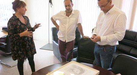 Chano Navarro presenta a la alcaldesa el boceto de la escultura 'Los niños de Ansite'