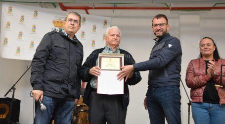 El Ayuntamiento reconoce la vida laboral del agricultor tirajanero Ventura Morales