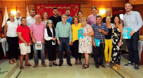 El Ayuntamiento reparte 500 bastones para la Bajada de Santiago