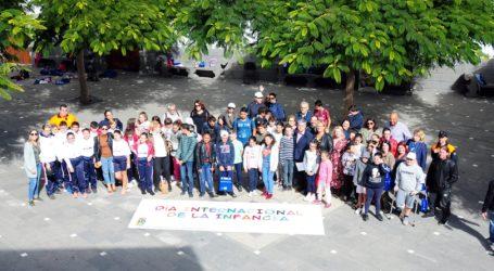 Escolares tirajaneros exponen un decálogo para un buen trato en el Pleno infantil en Tunte