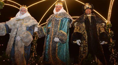 La Cabalgata de Reyes entusiasma a los vecinos y turistas en Maspalomas