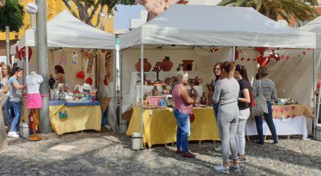Más de treinta artesanos venden sus productos en la plaza de la Era en la Feria de San Valentín
