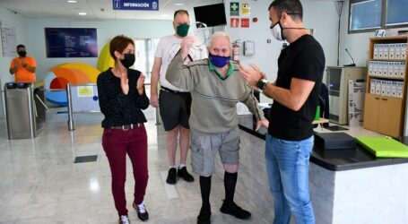 Mogán reconoce a Juan Hernández, usuario de 89 años de las instalaciones deportivas municipales