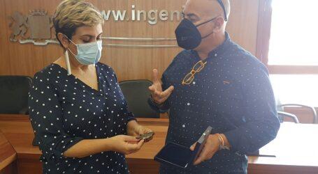 La alcaldesa recibe al ingeniense Nacho Cabrera tras recibir el galardón de la Asociación de Directores de Escena
