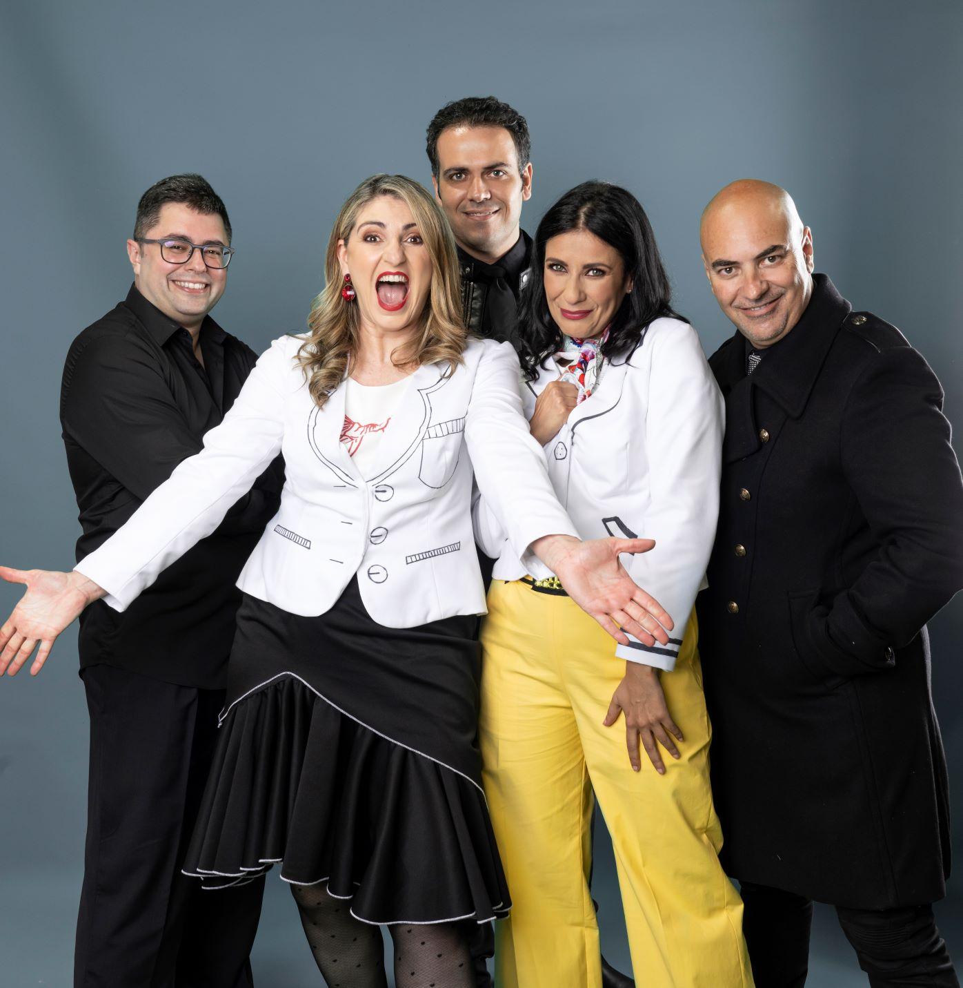 De izq a dcha, los músicos Héctor Muñoz y Eliseo Bordón, Lili Quintana, Yanely Hernández y su director, Nacho Cabrera-Foto JAU FORNÉS