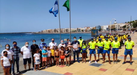 Playa de Arinaga luce su bandera azul por quinto año consecutivo.