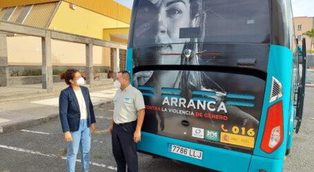 La campaña de sensibilización contra la violencia de género en las guaguas ya rueda por el municipio