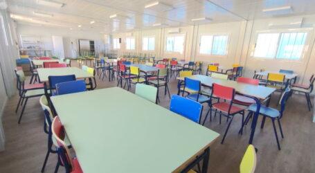 El Ayuntamiento ultima la instalación del comedor modular del CEIP 'Veinte de Enero'.