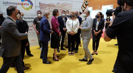 Carlos Álamo recibe a la ministra Reyes Maroto en el stand de Gran Canaria en Madrid Fusión