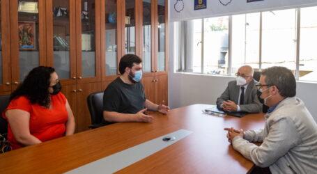 Antonio Morales recibe al alumno de FP Daniel Pérez como reconocimiento de sus méritos académicos