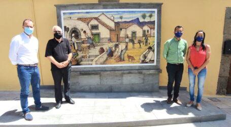 """La Plaza del Rosario luce un renovado mural de """"El amasijo"""", donado por el pintor José Luis Artiles."""