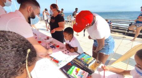 Los usuarios de Playa de Arinaga aprenden a reconocer la biodiversidad marina de Canarias.